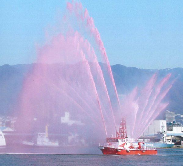 日本籍最大客船「飛鳥Ⅱ」の神戸港入港で、消防艇「たかとり」が歓迎 ...